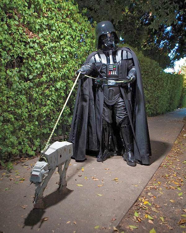 Cosplay Darth Vader promenant un chien ressemblant à un Blizzard 1