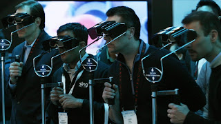 """PARÍS (EFE) — El Centro francés de Realidad Virtual y la empresa Athalia inventaron un simulador para recrear entrevistas de trabajo, donde el jurado no son personas físicas, sino avatares dirigidos por una computadora, informó el lunes la emisora de radio Europe 1. La ventaja principal de esta fórmula, con un precio de alquiler de """"algunos cientos de euros"""", según la cadena, es un costo menor frente al de los profesionales reales y su utilidad para entrenar a aspirantes a un trabajo en agencias de búsqueda de empleo. Con este nuevo programa, unos lentes 3D sitúan al candidato frente a"""