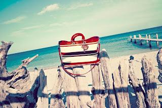 Dior, bavlnená taška s detailmi z lakovanej kože s odnímateľným remienkom a St. Tropez príveskom