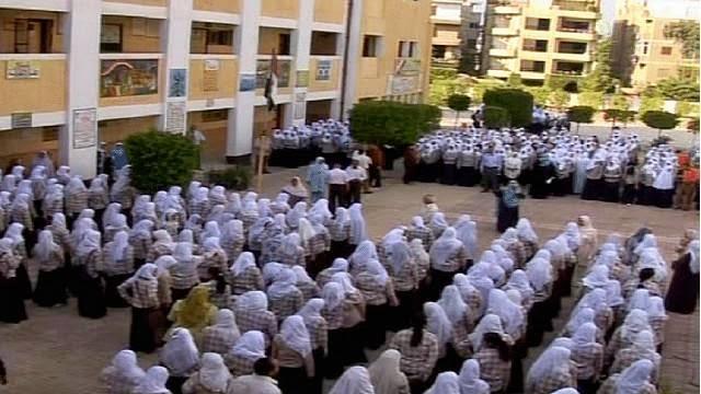 التحقيق مع 4 طلاب بالصف الثاني الثانوي بسبب تجاهلهم «تحية العلم» بأسيوط