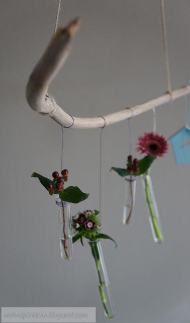 Hängende Blumenvasen mit Reagenzgläsern