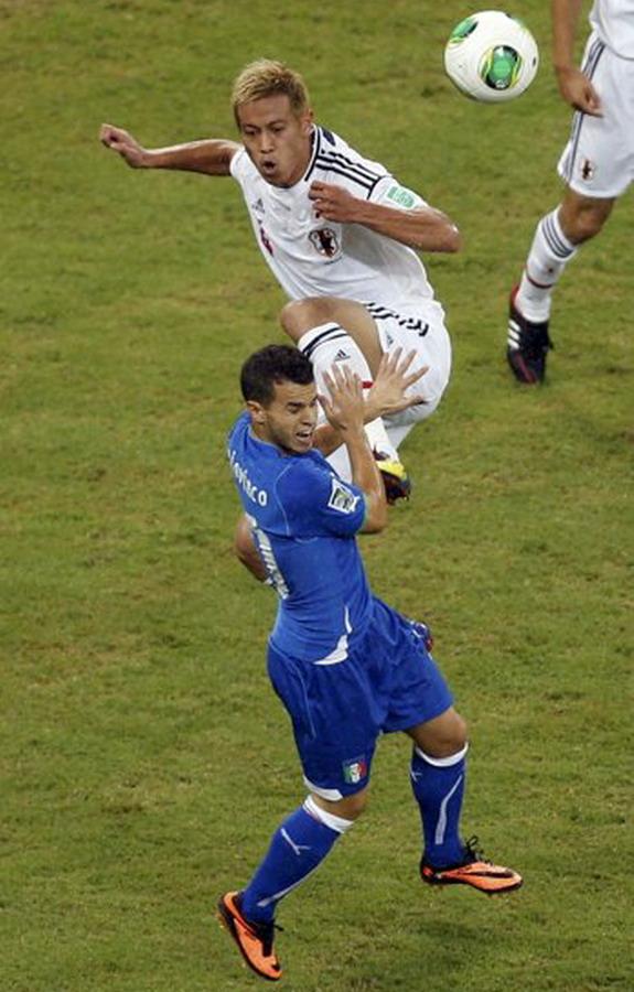 Keisuke Honda kung-fu kicks Sebastian Giovinco