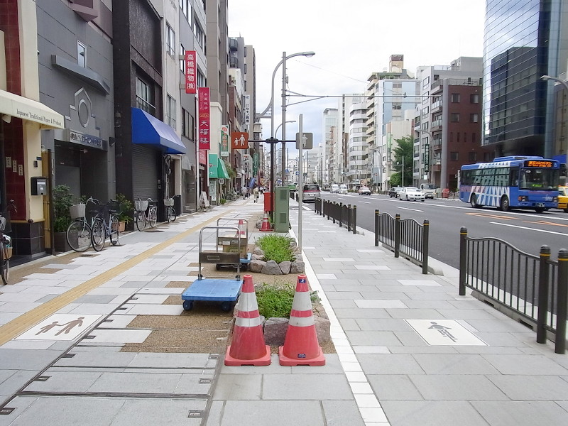 自転車の 浅草 自転車 : ... 浅草通りの自転車歩行者道 (2
