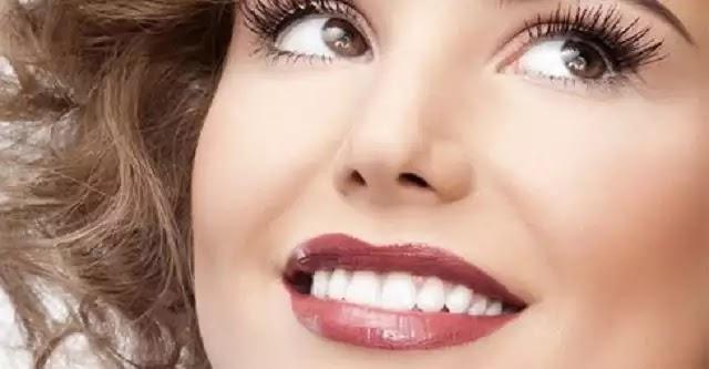 Δες πώς να λευκάνεις τα δόντια σου με φυσικό τρόπο με 2 υλικά που σίγουρα έχεις στο ντουλάπι σου!