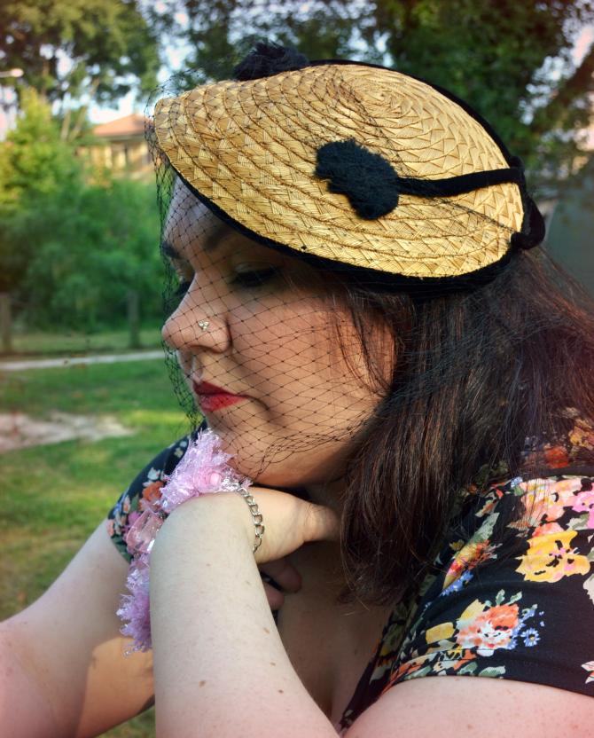 outfit plus size retrò con mix di stampe e cappellino vintage con veletta