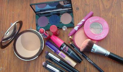 Productos utilizados en el maquillaje lila.