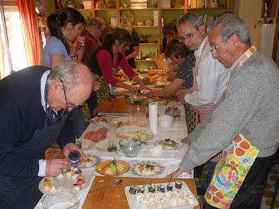 Alumnos del curso de cocina japonesa haciendo sushi.