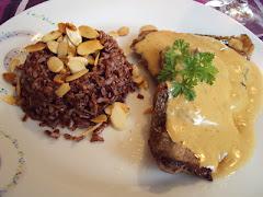 Filet com molho de roquefort e arroz vermelho com amêndoas laminadas salteadas na manteiga.