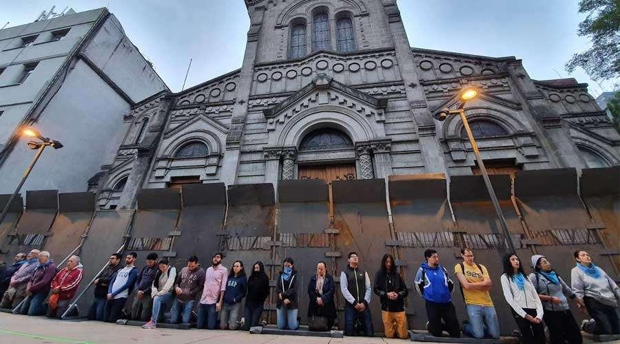 Muro humano defende Catedral do Mexico de depredação de feministas