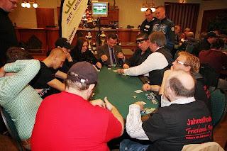 Im Mittelpunkt: Der Final Table der Stadtmeisterschaft von Friesland Poker in Varel. Fotos: Sascha Probian