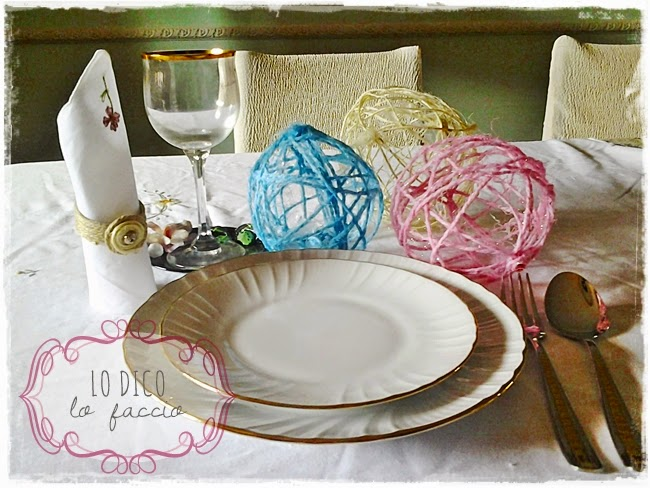 table setting con sfere di spago colorato