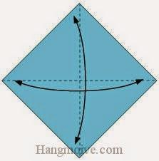 Bước 1: Gấp tờ giấy làm bốn sau đó mở ra để tạo các nếp gấp.