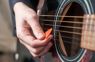 Cara Mudah Belajar Gitar dengan menggunakan Pick Gitar