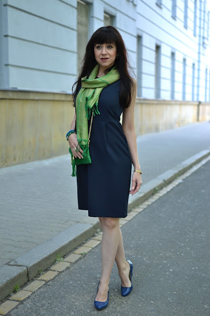 VŠETKO OSTATNÉ, LEN NIE TO, ČO TREBA_Tmavomodré šaty_Zelená lakovaná kabelka_Katharine-fashion is beautiful_Katarína Jakubčová_Fashion blogger