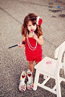 Foto Gambar Bayi Pakai Sepatu High Heels Kebesaran 13