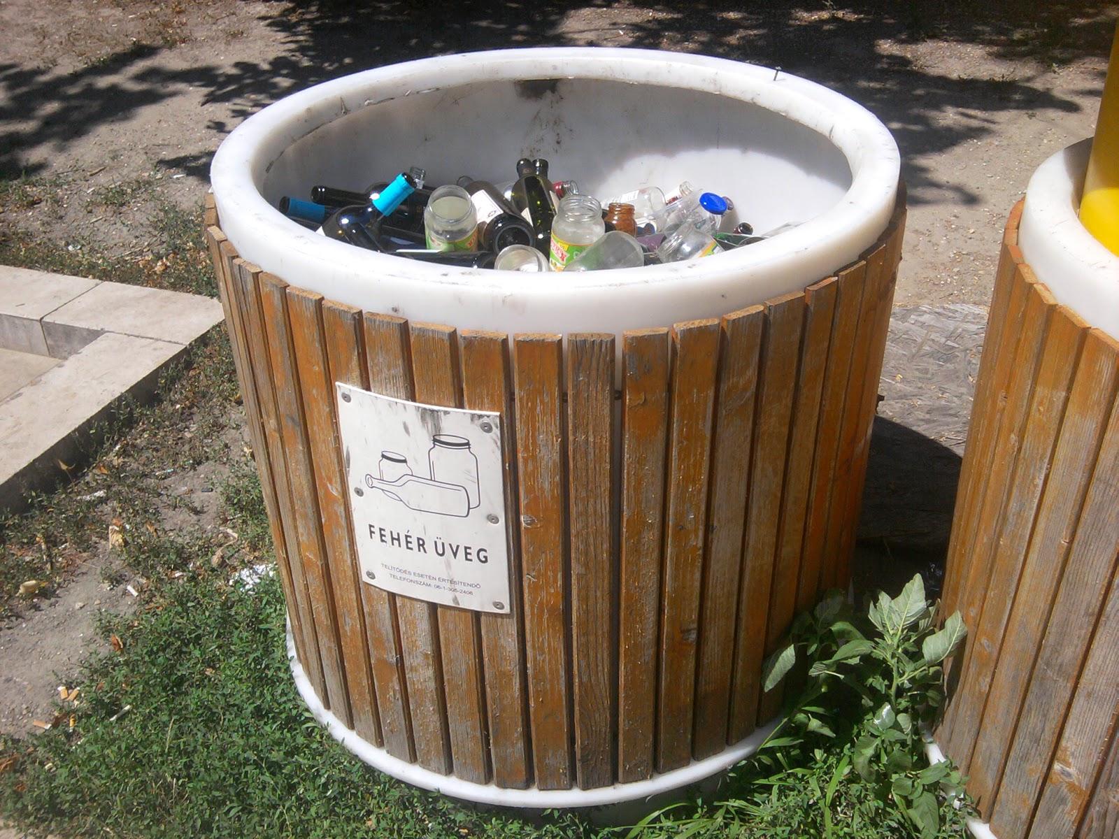 Szelektív hulladékgyűjtés, Budapest, Hungary, V. kerület, Belváros, Erzsébet tér, Rogán Antal