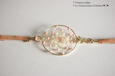 bracelet en cuir fait main en France attrape rêve doré et perles de cristal rose. Créatrice de bijoux vanessa lekpa, pièce unique et petites série de bracelets attrape rêves et dreamcatcher et bijoux ethnique