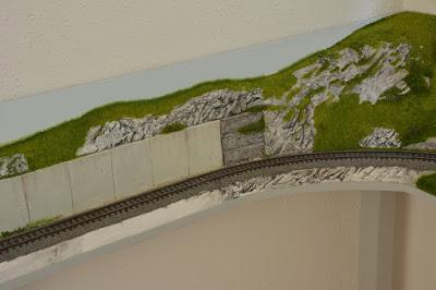 H0 und H0e Modulanlage - erstes Modul in Position aber noch nicht vollendet - Ansicht zentraler Teil mit Felsen und Betonmauer