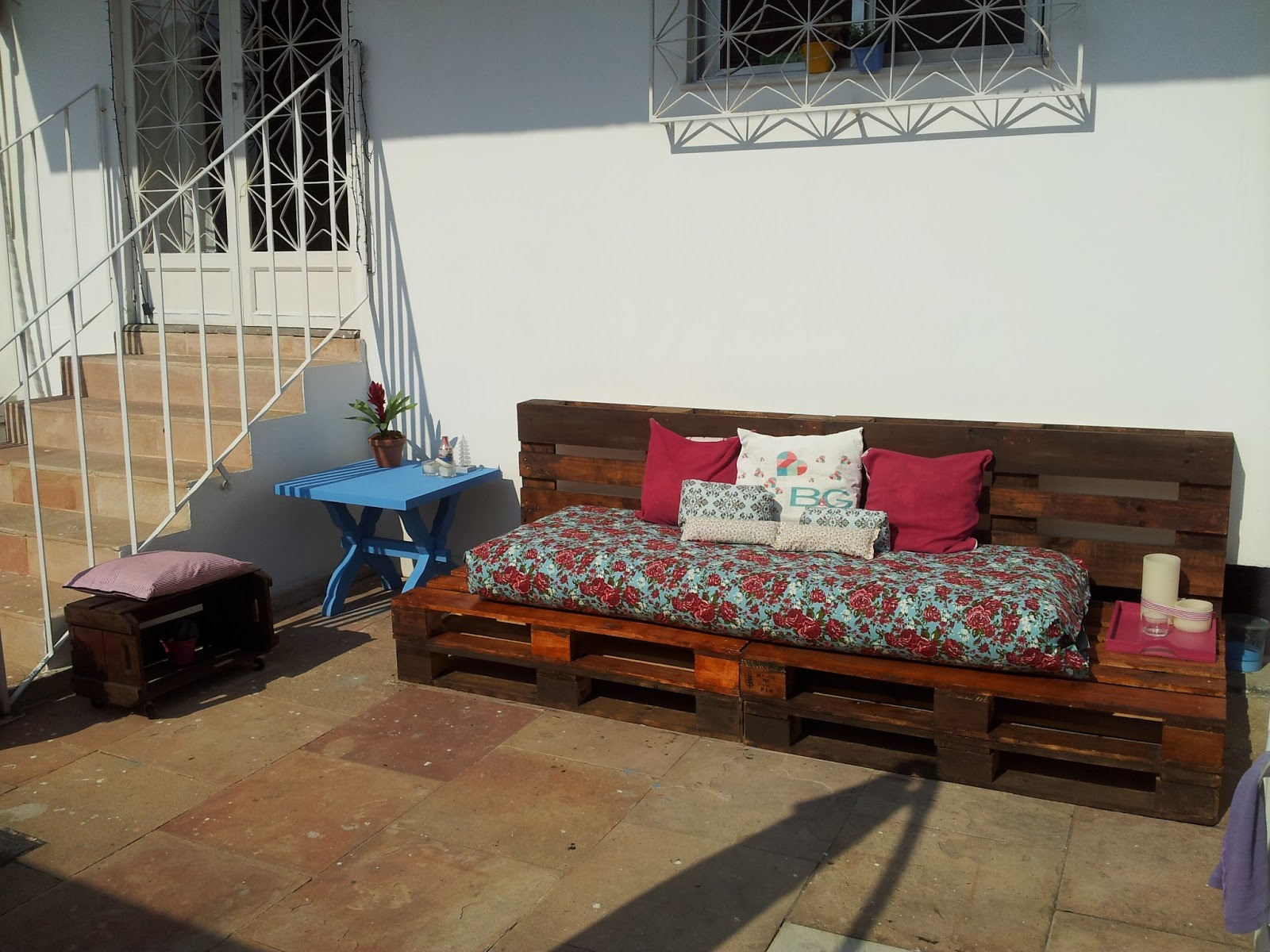 Fusca Rosa: Faça você mesma: Sofá usando pallets #75382D 1600x1200