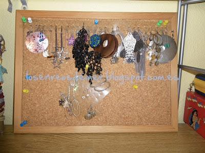 Organizador de pendientes realizado en un tablón de corcho