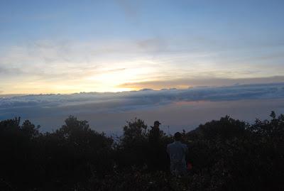 Indahnya sunrise di puncak gunung lawu
