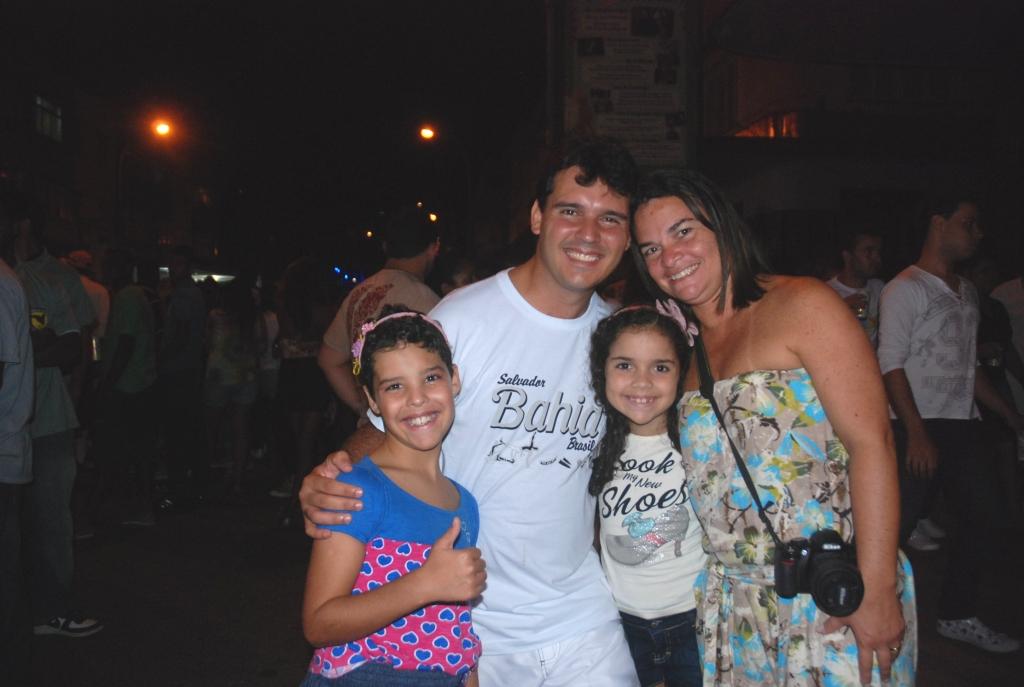 O casal Lucia e Leonardo acompanhado dos filhos Ana Luiza e Yuri se divertem no carnaval de Teresópolis