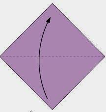 Bước 1: Gấp đôi tờ giấy lại theo chiều từ dưới lên. Mặt có mầu được gấp vào trong.