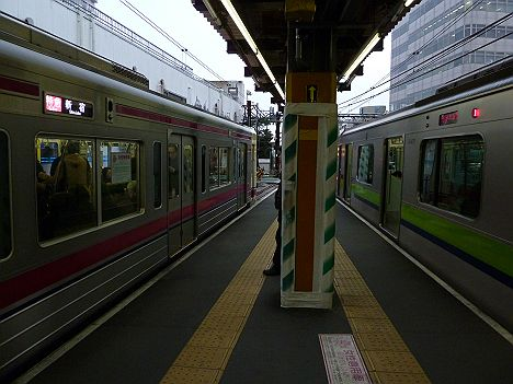 京王電鉄調布駅(地上駅) 特急新宿行きと急行新線新宿行き 同時入線シーン