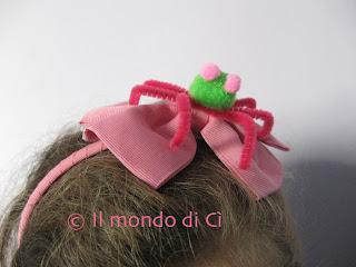 Spaventosissimi lavoretti di Halloween: ragnetto rosa autoprodotto su cerchietto per capelli