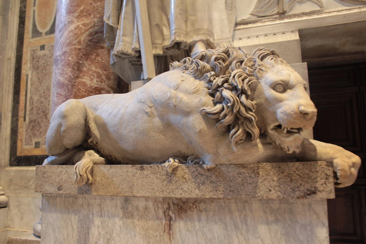 Il leone sinistro del monumento funebre