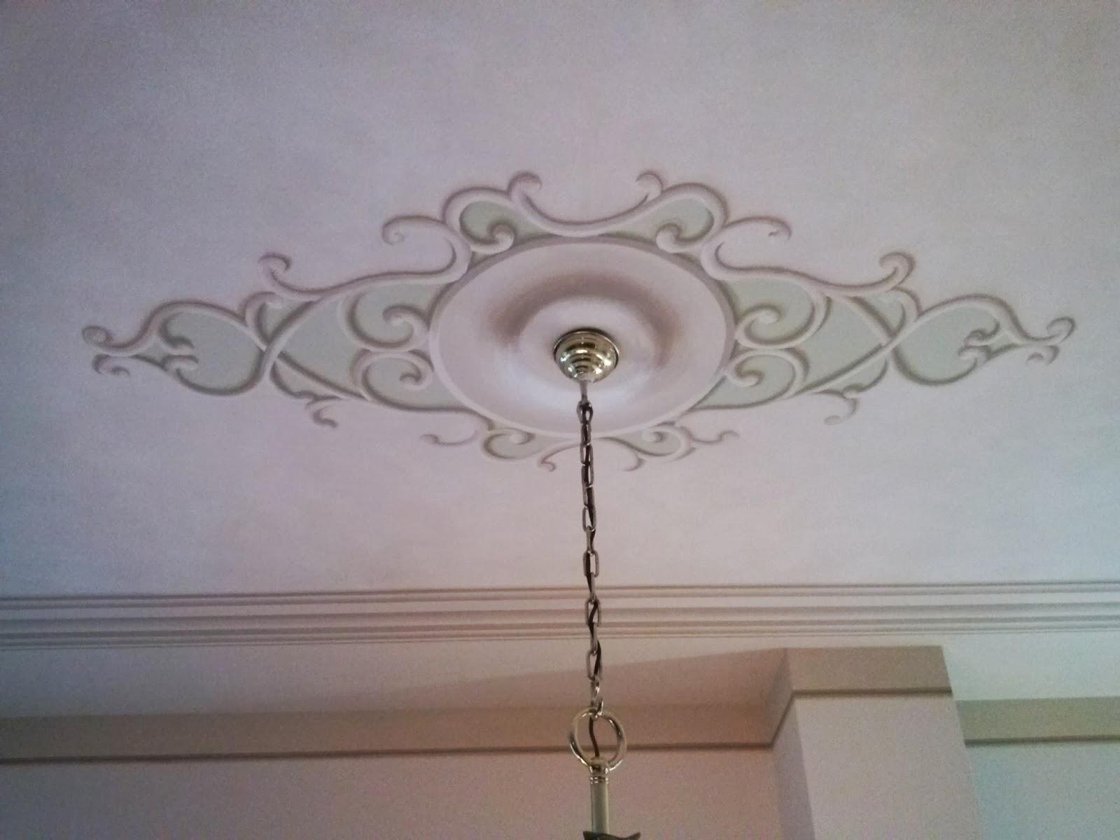 ARTERNATIVA DECORI: Soffitto con angolari, cornice e rosone.