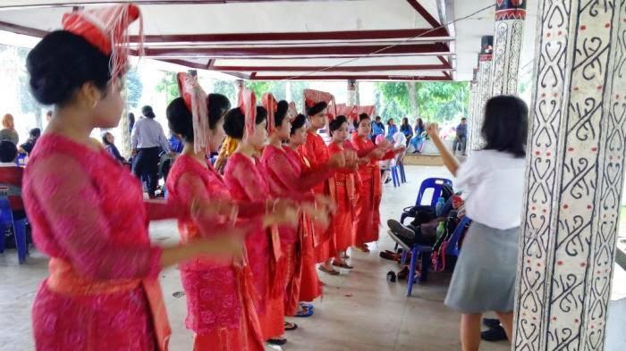 Penari-penari dalam acara ulang tahun Kota Pematangsiantar ke 144 di Lapangan Haji Adam Malik Jalan Adam Malik Siantar