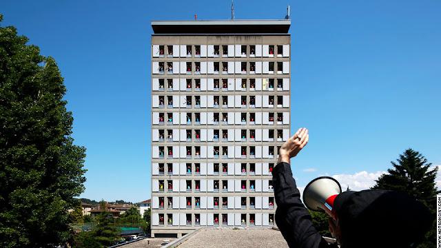 Estudantes criam animação em prédio com janelas que abrem e fecham