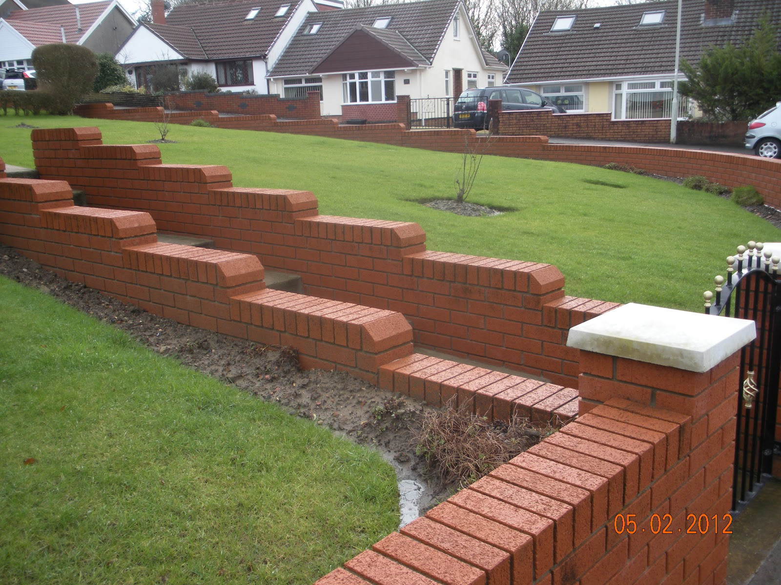 CWM LLYNFI BRICKLAYING : 9 INCH RED FACE BRICK GARDEN WALL WITH ...