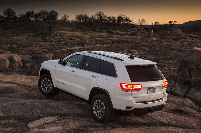 Rear 3/4 view of 2014 Jeep Grand Cherokee