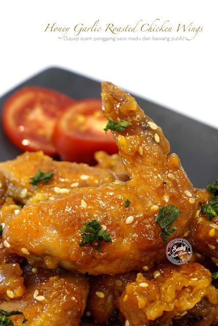 Sayap ayam panggang crispy  dengan balutan saus madu dan bawang putih yang manis gurih