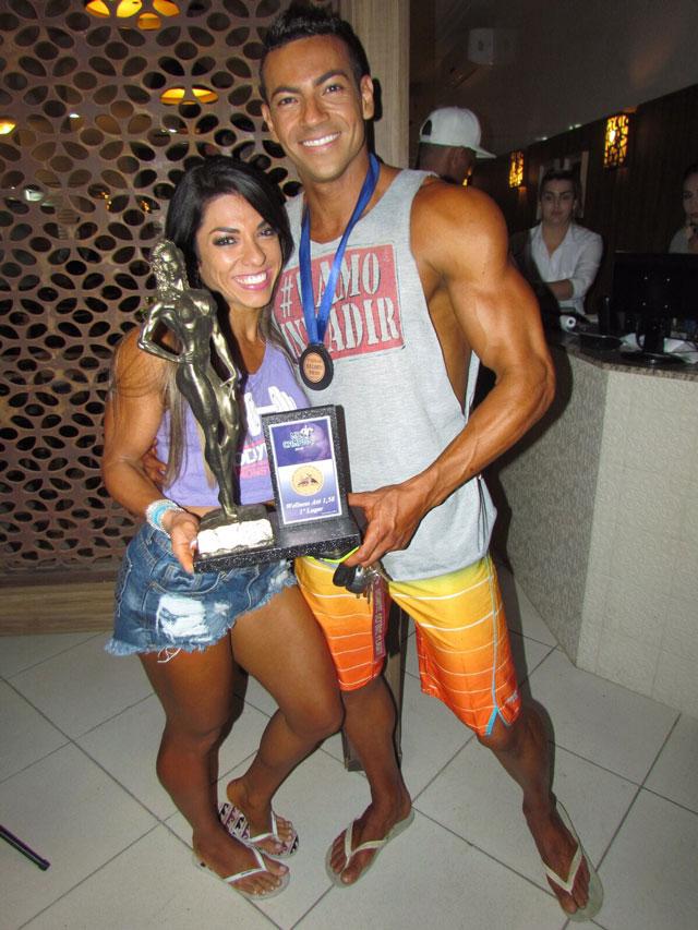 Carla Carra mostra troféu de campeã ao lado de Breno Neves. Foto: Arquivo pessoal