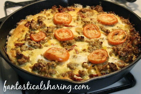 Hashbrown Potato & Sausage Quiche | This quiche is cooked right in a cast iron skillet with a hashbrown crust and gouda cheese #breakfast #recipe #castiron
