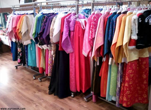 Colección de hanboks coreanos de colores