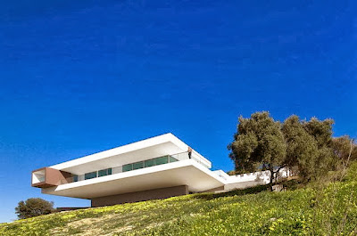 Fachada de casa en la colina