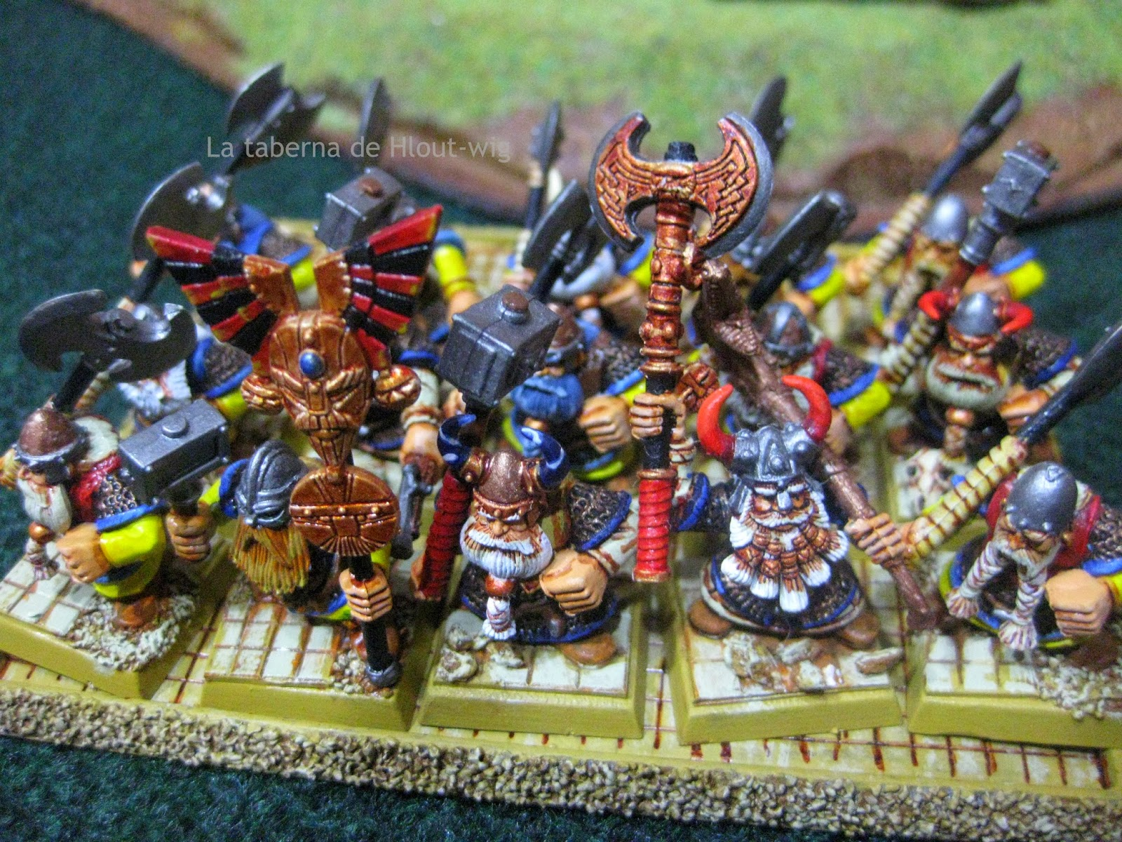 guerreros del clan con armas a dos manos