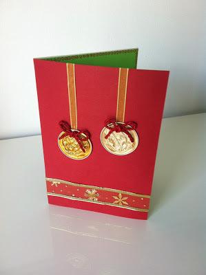 ella nos trae una postal muy curiosa en la que utiliza capsulas de caf a modo de bolas de rbol de navidad una postal de lo mas original pero