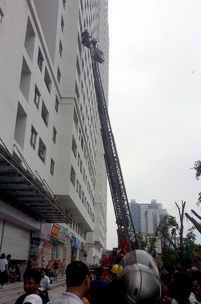 Cảnh sát dùng xe thang giải cứu những người mắc kẹt ở tòa nhà HH4a Linh Đàm ngày 16/9.