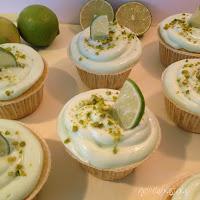 http://www.helllilablassblau.de/2014/04/pistazien-cupcakes-mit-limettencreme.html