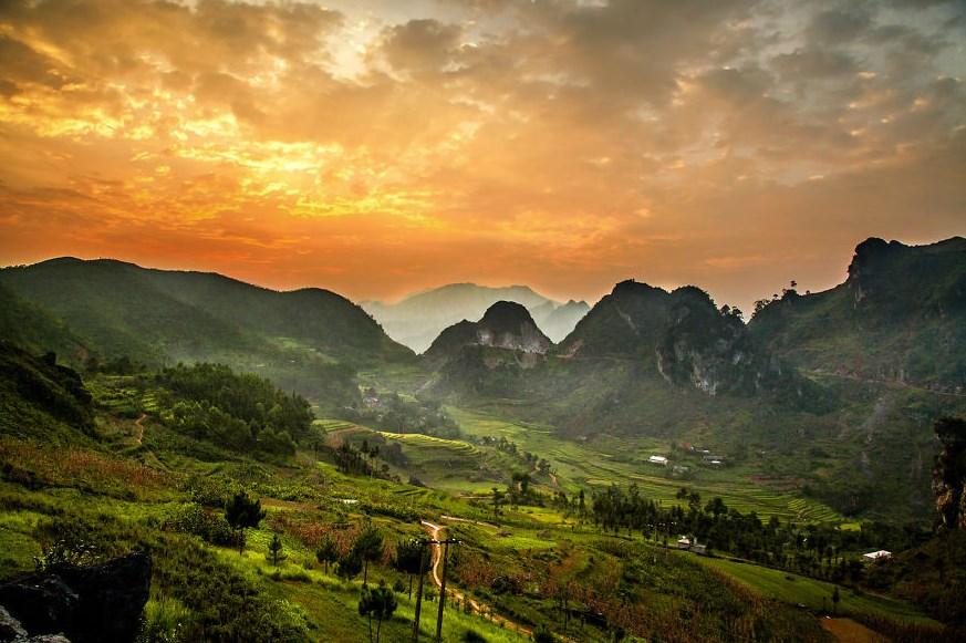 Fotografi Landscape Peringatan Hari lingkungan Hidup 10 Januari Mari Bersinergi dengan Alam  penduduk desa dan gunung
