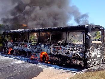 ÔNIBUS TAMBÉM FOI QUEIMADO DURANTE MANIFESTAÇÃO NA SP-332