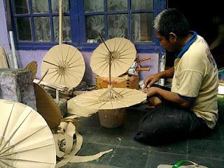 Pengrajin payung geulis Tasikmalaya