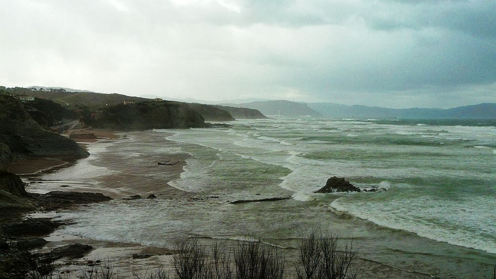 temporal de olas y viento en sopelana