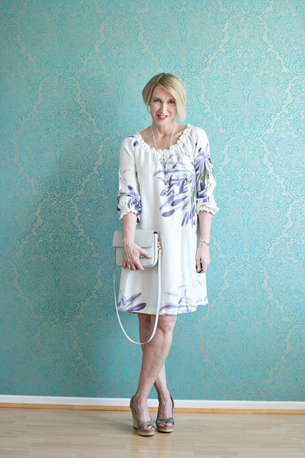 Weißes Seidenkleid mit grauen Wedges