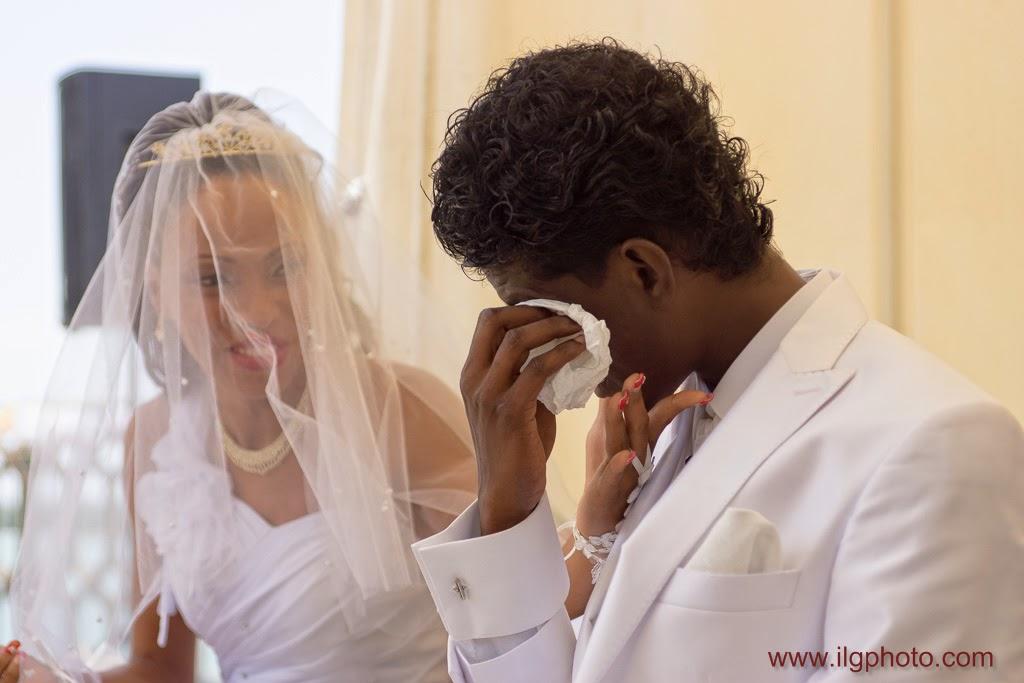 le marié est ému et verse une petite larme